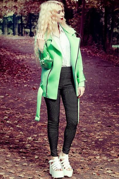 kayla hadlington blogger leggings jellies white shirt green jacket coat shirt pants shoes