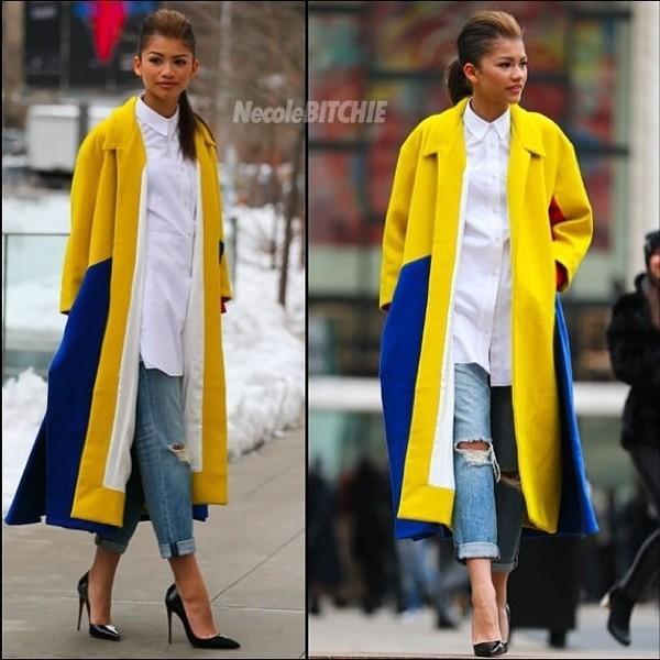 coat yellow blue longline coat white shirt jeans boyfriend jeans ripped jeans high heels black high heels patent leather black court heels zendaya beautiful fashion shoes blouse