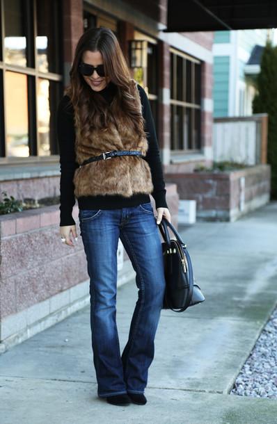 dress corilynn blogger jeans faux fur vest beige fur vest fur vest sunglasses black sunglasses bag black bag top black top denim blue jeans fall outfits