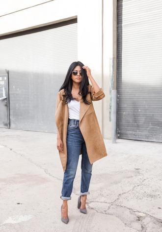 walk in wonderland blogger sunglasses beige coat boyfriend jeans white top grey heels le fashion image jacket t-shirt jeans shoes