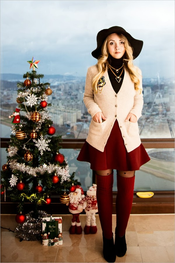 my blonde gal hat sweater jewels shoes