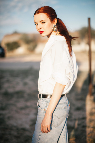 sea of shoes blogger jeans jewels boyfriend jeans white blouse earrings