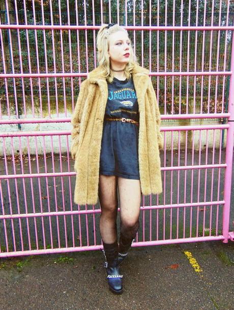 the velvet black grunge blogger t-shirt belt high waisted skirt black boots fuzzy coat