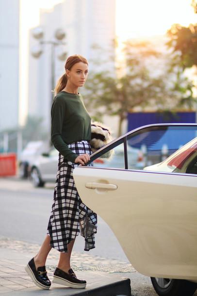 queen of jet lags blogger skirt shirt khaki jumper ponytail bag shoes