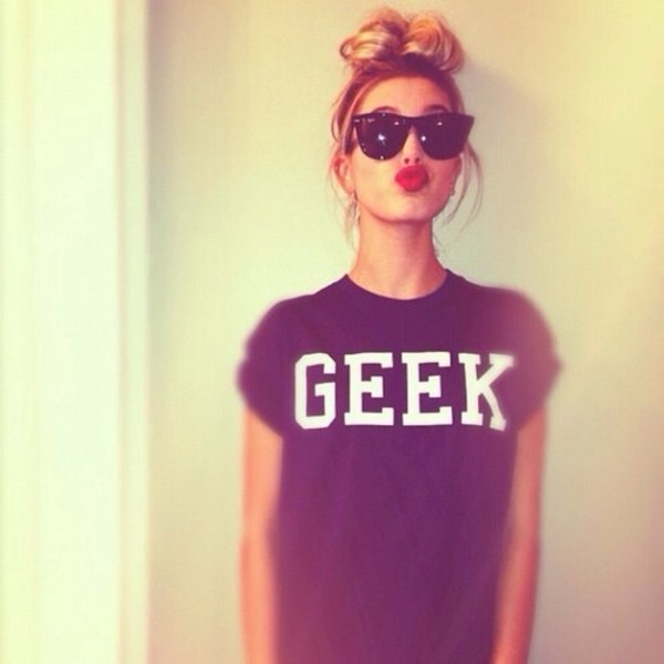shirt geek shirt pretty black geek t-shirt black geek cute ootd help sunglasses print red lipstick honeyblonde hair messy bun blackshades