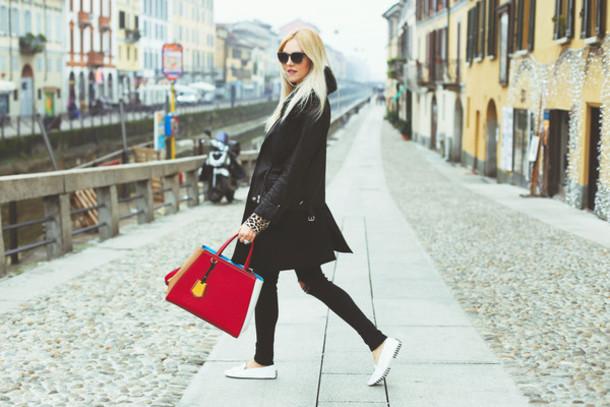 peace love shea blogger red bag casual black coat black jeans