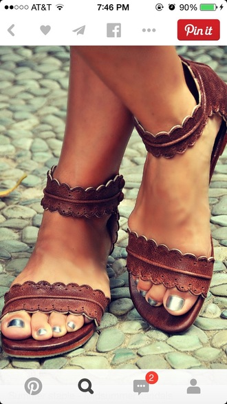 shoes leather midsummer sandals leather leather sandals strappy sandals hipster summer shoes sandals summer brown brown shoes brown sandals cute sandals flat sandals nude sandals sandals brown brown leather sandals boho pinterest scalloped brown summer sandals