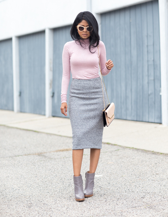 walk in wonderland blogger baby pink pencil skirt grey skirt grey shoes pink sunglasses turtleneck shoulder bag top skirt shoes bag sunglasses office outfits