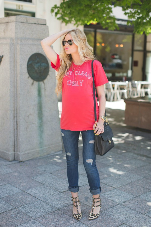 barefoot blonde t-shirt jeans shoes bag sunglasses make-up jewels