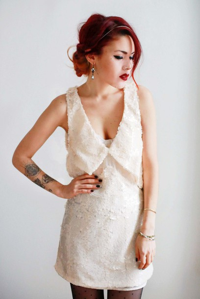 le happy blogger sequin dress white dress red lipstick dress tights