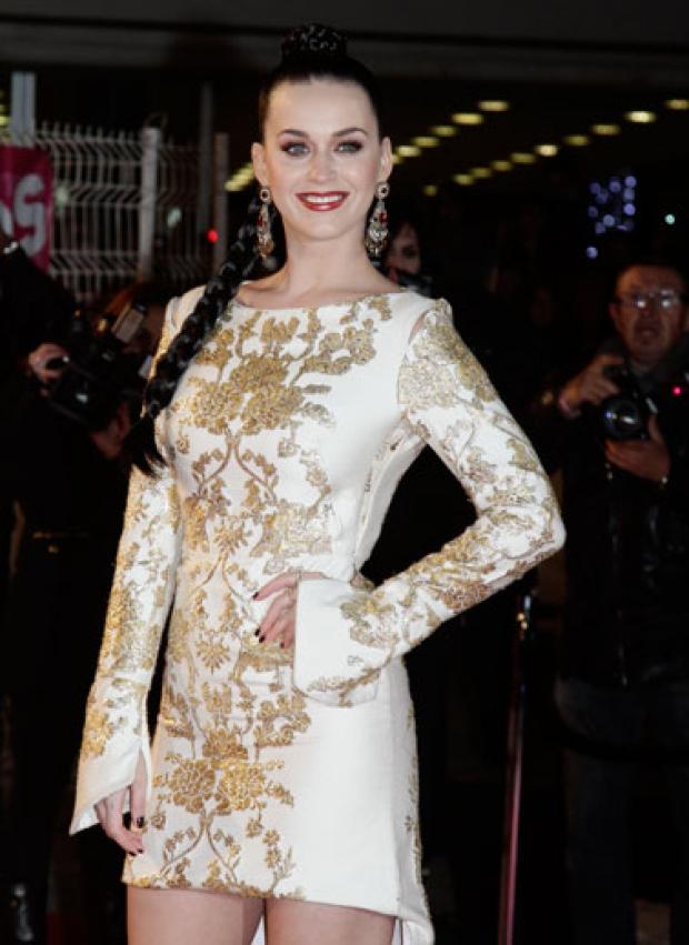 Robe blanche et motifs dorés portée par Katy Perry aux #NMA | shozap