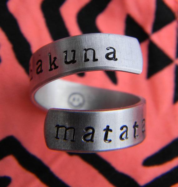Hakuna Matata//The original  twist aluminum ring by LindaMunequita