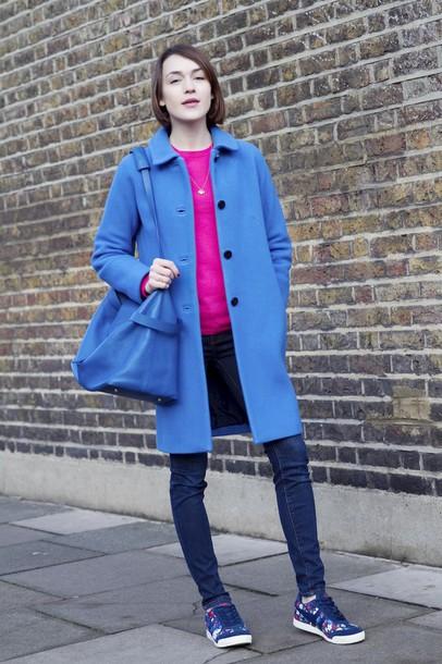 la petite anglaise blogger blue coat blue shoulder bag nike sneakers